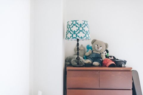 Teddy bear on a shelf during a rainy day engagement session with New York City wedding photographer Ben Lau.