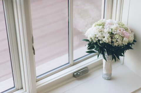 White wedding flowers for a wedding at the Inn at New Hyde Park. Captured by NYC wedding photographer Ben Lau.